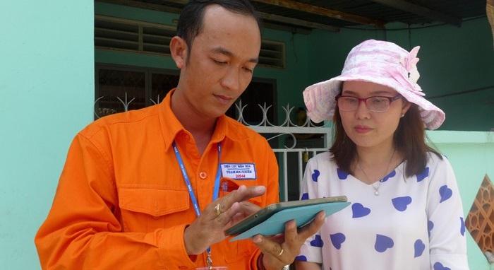 Nhân viên Điện lực Biên Hoà, Đồng Nai hướng dẫn cách tính tiền điện mới cho khách hàng.