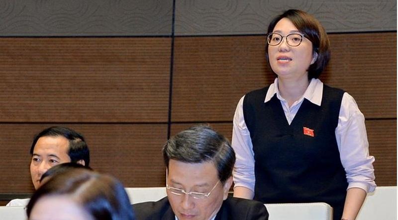 ĐB Phạm Thị Minh Hiền chất vấn Bộ trưởng Phùng Xuân Nhạ tại nghị trường.