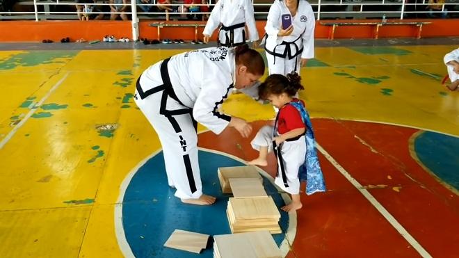 Huấn luyện viên loay hoay hướng dẫn cho cô bé hiểu... (Ảnh cắt video)