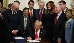 Trump kí dự luật lưỡng đảng ứng phó với nạn lạm dụng opioid