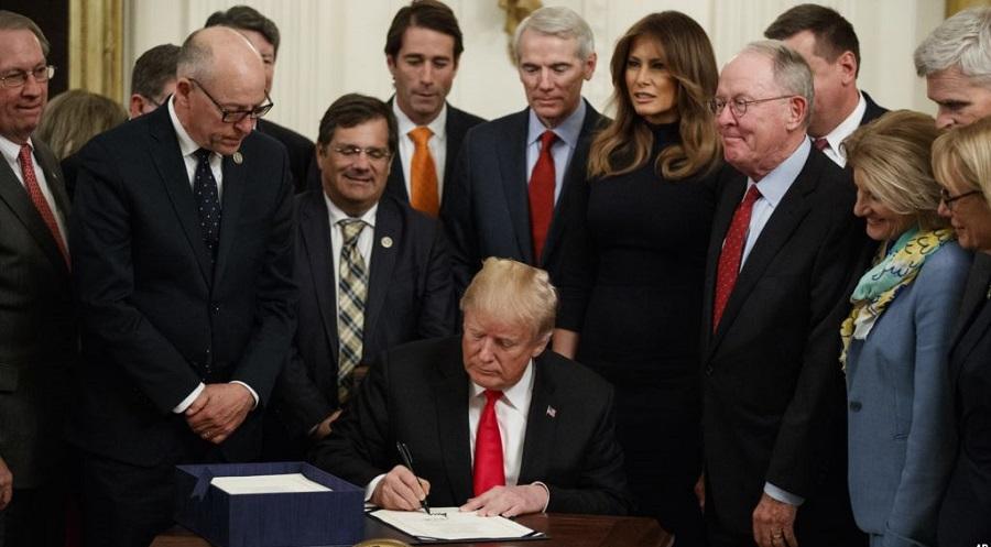 Tổng thống Donald Trump kí luật ứng phó với nạn dịch opioid trong Phòng Đông của Nhà Trắng