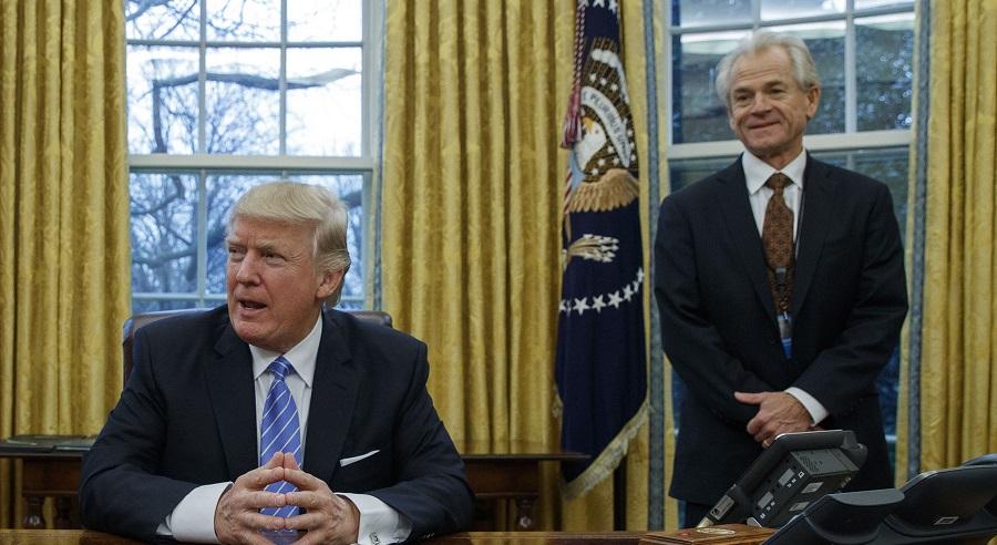 Cố vấn thương mại Peter Navarro là người thúc đẩy chính phủ Trump sớm rút lui khỏi hiệp ước bưu chính toàn cầu