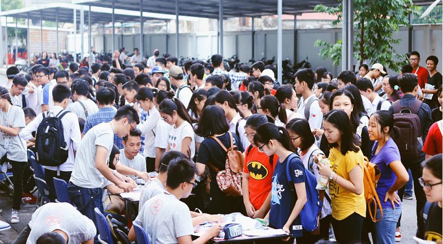 BÁo Anh khảo sát trường THPT Nguyễn Huệ để đánh giá giáo dục Việt Nam
