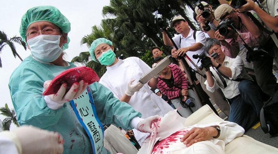 Những người phản đối nạn thu hoạch nội tạng đóng lại cảnh tượng này trong một cuộc thỉnh nguyện tạ Đài Loan