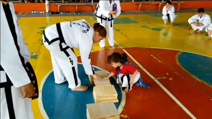 Video: Học Taekwondo không khó, chỉ là…đập vỡ tấm gỗ mỏng bằng chân thôi mà!.2