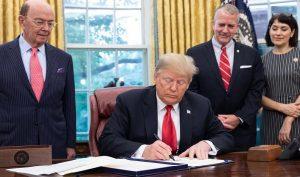 """Ông Trump ký dự luật """"bật đèn xanh"""" cho việc làm sạch rác đại dương"""