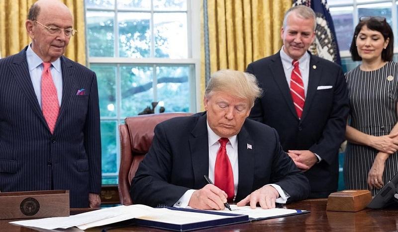 Tổng thống Donald Trump ký Đạo luật về biển năm 2018 tại Văn phòng Bầu dục tại Nhà Trắng ở Washington, Hoa Kỳ, ngày 11 tháng 10 năm 2018. (Ảnh: REUTERS / Kevin Lamarque)