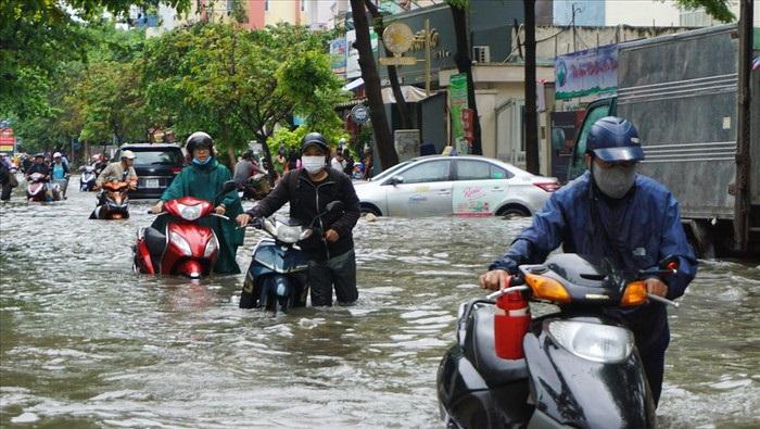Do ảnh hưởng của mưa bão, Sài Gòn chìm trong biển nước. Các ngả đường vào trung tâm thành phố ngập nước, ùn tắc, xe chết máy la liệt.