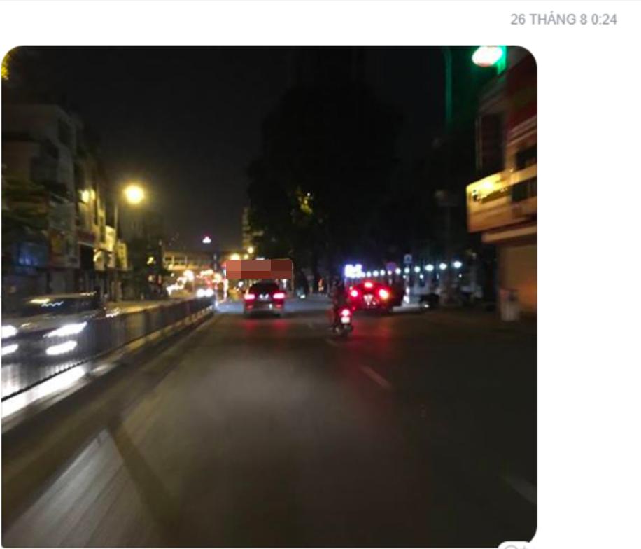 Hình ảnh chụp chiếc xe Mercedes màu đen (được cho là chiếc xe đã rơi xuống cầu Chương Dương tối qua) bỏ chạy sau khi gây ra vụ tai nạn ở đường Ô Chợ Dừa vào ngày 26.8 vừa qua.