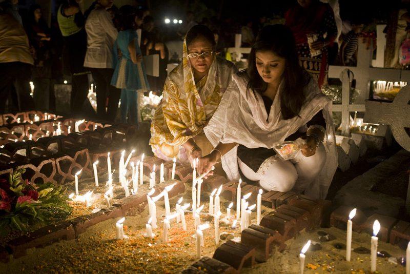 Trong đêm lễ  Vọng Chư Thánh tại một số nơi trên thế giới, các Kitô hữu tới viếng thăm nghĩa trang để cầu nguyện cho người đã khuất, đặt hoa và nến trên mộ phần người thân yêu.