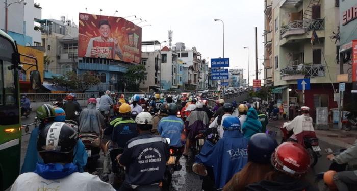 Điệp khúc kẹt xe của người dân Sài Gòn khi qua lô cốt. Ảnh 1