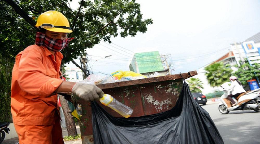 Nhân viên môi trường TP HCM phân loại rác sau khi thu gom. (Ảnh: Hữu Khoa)