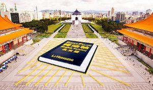 Ngoạn mục cảnh tượng hơn 5.000 người xếp hình một cuốn sách tại Đài Bắc