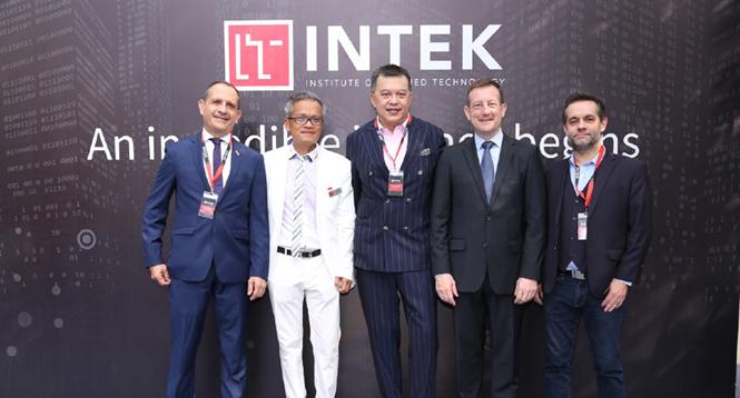 Học viện Intek được sự ủng hộ rất lớn từ ông Bertrand Lortholary (Đại sứ quán Pháp) và ông Vincent Floreani (Tổng lãnh sự quán Pháp)