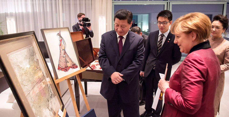 Thủ tướng Merkel bên tấm bản đồ tặng cho Chủ tịch Tập Cận Bình.