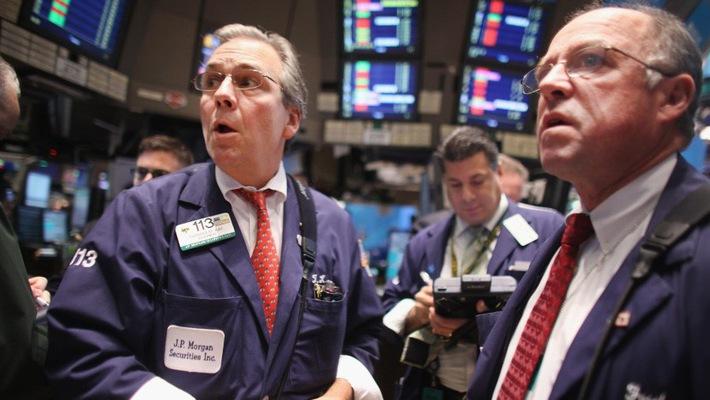 Các nhà giao dịch cổ phiếu trên sàn NYSE ở New York, Mỹ.