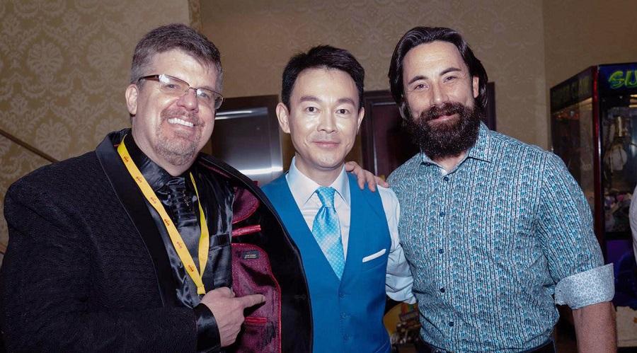 Ông Terry Cronin, người sáng lập MIFF (bên trái) nói với diễn viên chính của bộ phim, anh Jiang Guangyu (ở giữa) rằng ông thích bộ phim này