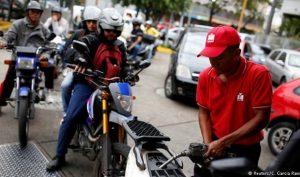 Venezuela: 1 USD mua được 3,5 triệu lít xăng, người dân vẫn khát xăng trầm trọng