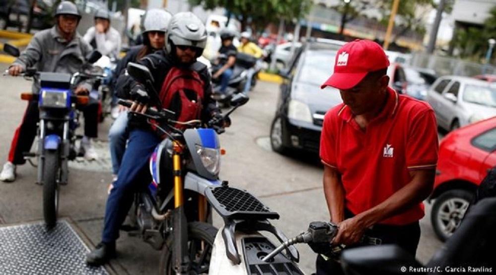 Người dân Venezuela xếp hàng dài mua xăng. (Ảnh: Reuters)
