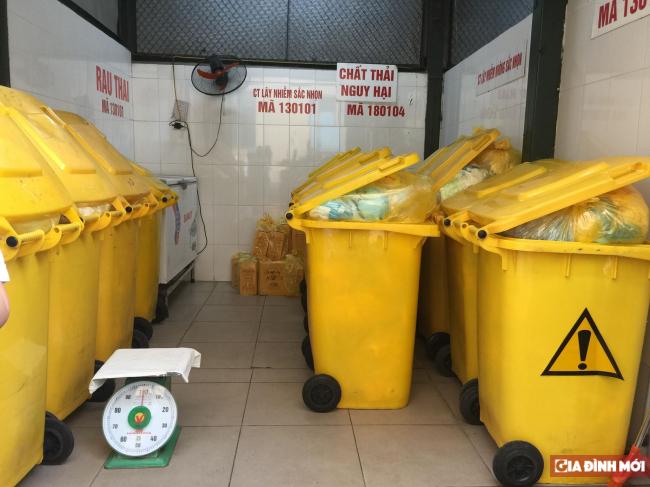 Sau đó, nhau thai được chứa trong khu vực đựng chất thải và chờ công ty xử lý rác thải đến tiếp nhận.