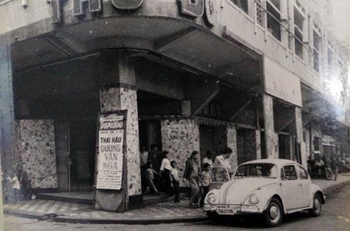 """Lúc 23 giờ 30, đêm 26.11.1978 nghệ sĩ Thanh Nga kết thúc vai """"Thái hậu Dương Vân Nga"""" ở rạp Thủ Đô đã được chồng lái xe đưa về - Ảnh: Dựng lại lại hiện trường của CA TP.HCM"""