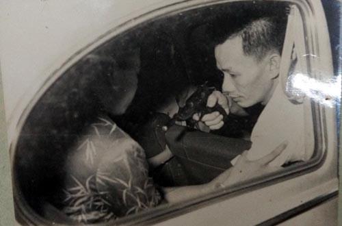 Hung thủ chĩa súng vào đầu, Thanh Nga cắn vào tay tên cướp cứu con trai, nhưng tiếng súng chát chúa vang lên, nữ nghệ sĩ ôm ngực đổ gục xuống băng ghế - Ảnh: Dựng lại hiên trường vụ án của CA TP.HCM