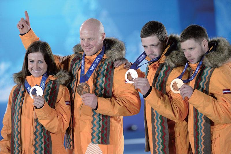 Martins Rubenis – vận động viên nổi tiếng của Latvia (thứ 2 từ trái sang) (Ảnh: Epoch Times)
