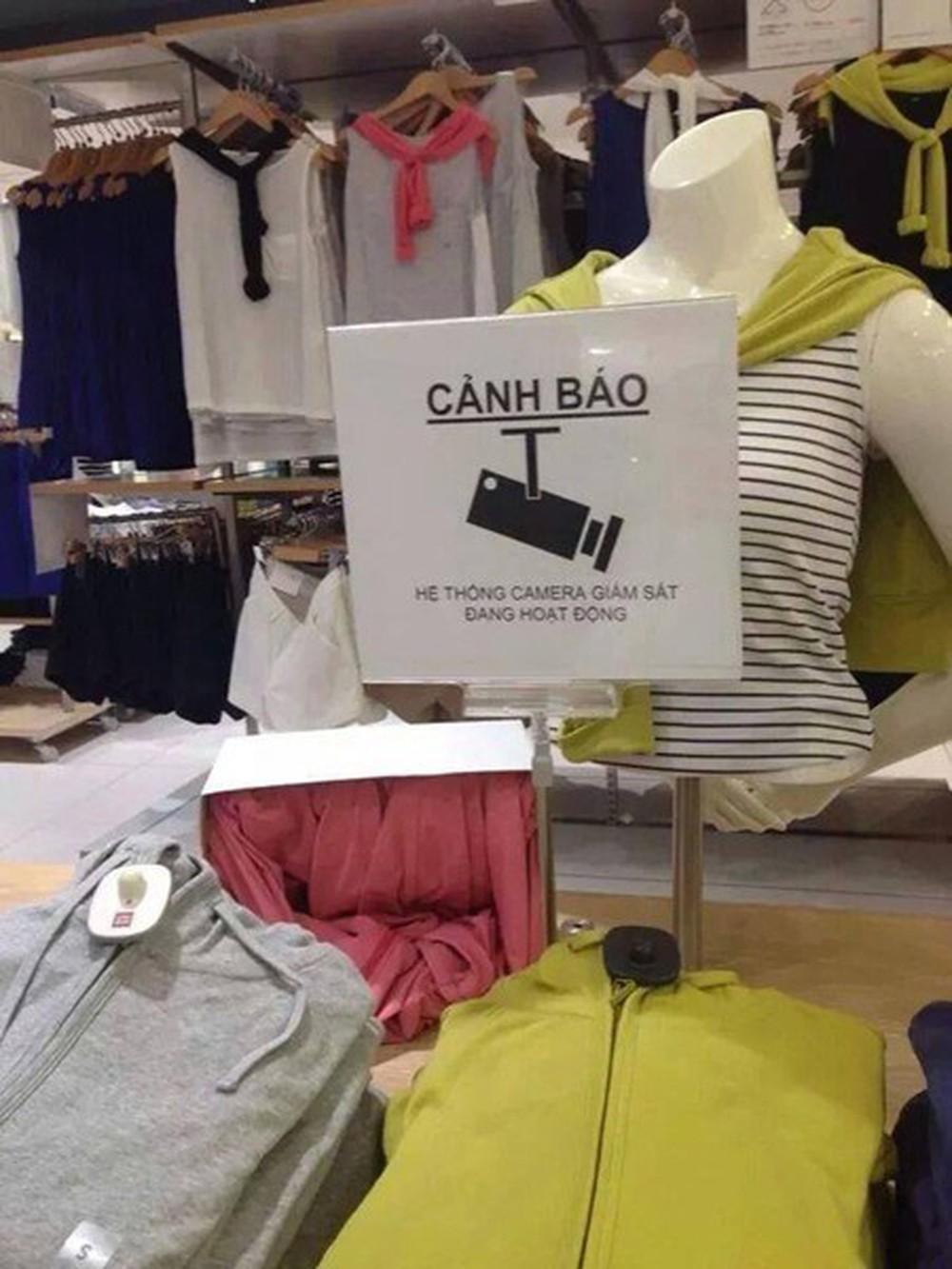 Cảnh báo bằng tiếng Việt về việc có hệ thống carema giám sát tránh ăn cắp tại một cửa hàng thời trang ở tỉnh Saitama, Nhật Bản, xuất hiện trên mạng tháng 7/2014.