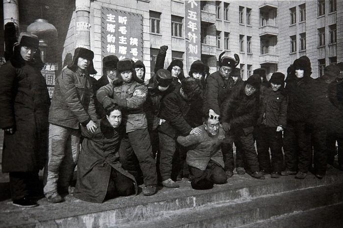 Một nhóm hồng vệ binh đang bắt giữ 2 giáo viên của mình vào 17/1/196