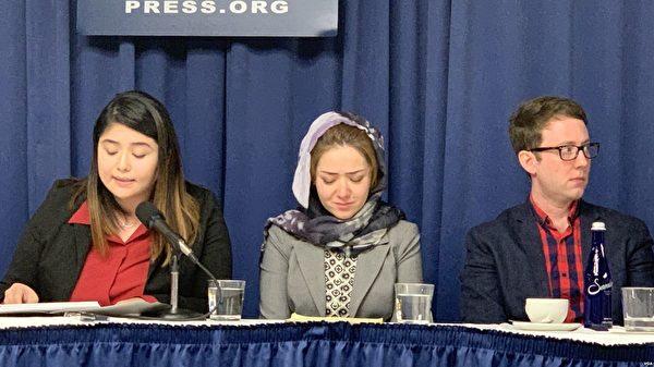 """Ngày 26/11, trong cuộc họp báo về tình hình nhân quyền tại Tân Cương của Câu lạc bộ Phóng viên Mỹ,  cô Mihrigul Tursaun (giữa) đã kể lại việc """"giáo dục chuyển hóa"""" mà cô phải chịu khi bị giàm giữ trong trại lao động tập trung (Ảnh VOA)"""