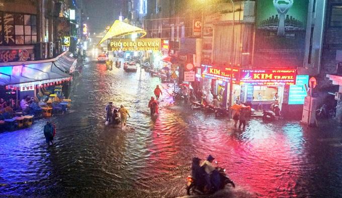 Áp thấp nhiệt đới sau bão Usagi khiến mưa lớn khắp TP HCM khiến nhiều tuyến đường ngập nặng. Tại phố Tây Bùi Viện (quận 1), cơn mưa tầm tã kéo dài khiến con phố dài hơn 700 m mênh mông nước từ chiều tối.