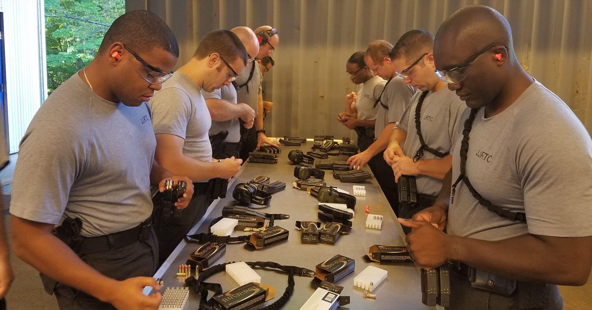 Một giờ học về vũ khí của các mật vụ.