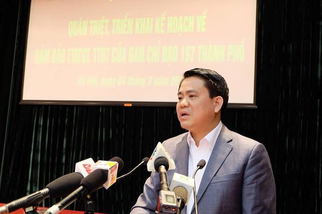 Chủ tịch UBND Hà Nội Nguyễn Đức Chung muốngiải quyê't được tận gốc nạn lấn chiếm vỉa hè. Ảnh:CTV.