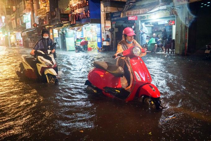 Cơn mưa dai dẳng càng làm nước ngập sâu thêm. Trong đó nặng nhất là đoạn đường Bùi Viện giao với Đỗ Quang Đẩu, nhiều xe chết máy khi đi qua đây.