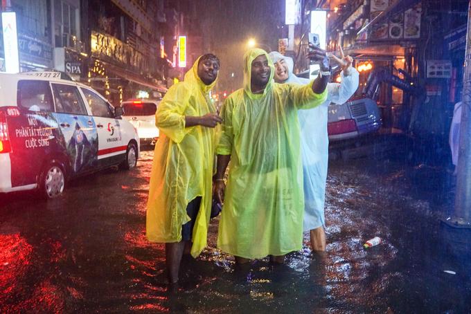 """Nhóm du khách đến từ Malaysia và Nhật bản liên tục hò hét, cùng nhau """"tự sướng"""" trong ngày Sài Gòn bị ảnh hưởng bởi cơn bão số 9."""