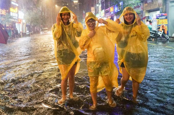 Gần 22h, trời vẫn mưa nặng hạt, nhóm du khách đến từ Hà Nội vẫn thích thú mặc áo mưa đi dạo khu phố đi bộ Sài Gòn.