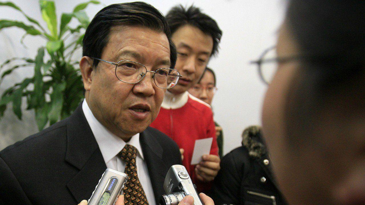 Cựu thứ trưởng Bộ Thương mại Trung Quốc Long Yongtu trao đổi với các phóng viên tại hội thảo ở Bắc Kinh hôm 18/11. (Ảnh: AFP)