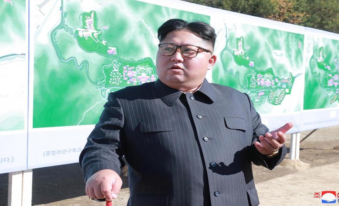 Nhà lãnh đạo Triều Tiên Kim Jong Un trong một chuyến đi thị sát công trường xây dựng. (Ảnh qua KCNA/Reuters)