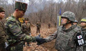 Quân đội Hàn Quốc và Triều Tiên bắt tay nhau sau khi con đường mới mở qua khu vực chiến sự ác liệt khi xưa được kết nối trên cao điểm ở Cholwon. (Ảnh: YONHAP)