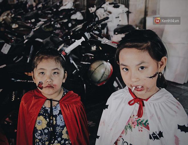 """Mấy bé gái gắn thêm răng nanh vào là """"hóa thân"""" thành tiểu quỷ ngay!"""