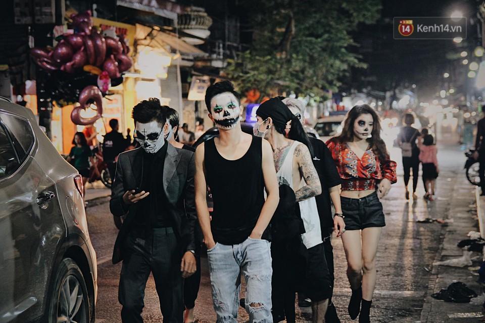Xuống phố chủ yếu là giới trẻ, họ hưởng ứng Halloween rất nhiệt tình.