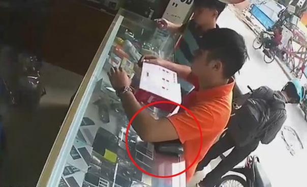"""Chàng trai """"cầm nhầm'' ví tại cửa hàng.(Nguồn: Internet)"""