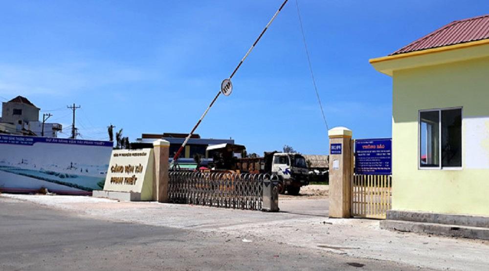 Tàu khách bị thả trôi tại cảng Thương Chánh. (Nguồn: Internet)