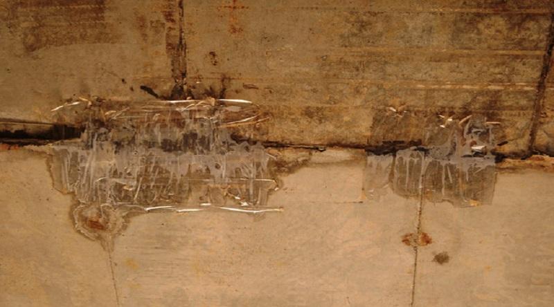 Hai vị trí ở đỉnh hầm chui dân sinh qua thôn Trung Thành được dán băng keo chằng chịt (Ảnh: Lê Trung)