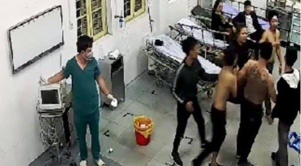 Hơn 10 côn đồ xăm trổ xông vào bệnh viện đánh bệnh nhân đang cấp cứu. Ảnh 1