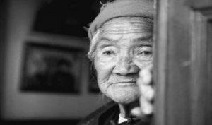 """""""Tôi rất hối hận khi đẻ ra các anh"""" – Mẹ già 80 tuổi để lại tâm thư trước khi lìa đời"""