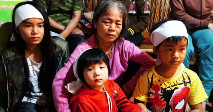 Bố chết đuối khi cứu vườn rau trong bão, 3 đứa con thơ ngơ ngác chưa hiểu chuyện gì.1