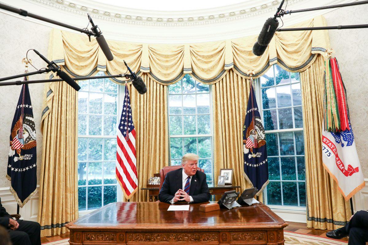 Tổng thống Donald Trump thực hiện một cuộc điện đàm về thương mại với Tổng thống Pena Nieto của Mexico thông qua một dịch giả, trong Văn phòng Bầu dục. (Ảnh: Samira Bouaou / Đại Kỷ Nguyên tiếng Anh)