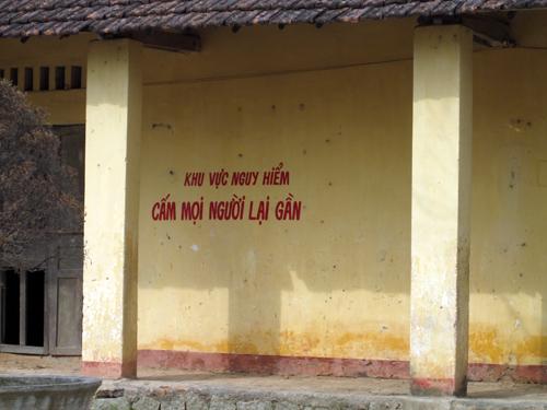 Trường Tiểu học số 2 Phước Lộc (Bình Định) bị sập cột đỡ mái che dãy phòng cũ đã đè chết một học sinh lớp 4.
