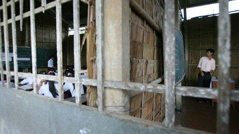 Một bên vách được đóng sơ sài bằng những thanh gỗ mà nếu trời mưa gió tạt thì học trò sẽ ướt như ngoài trời.